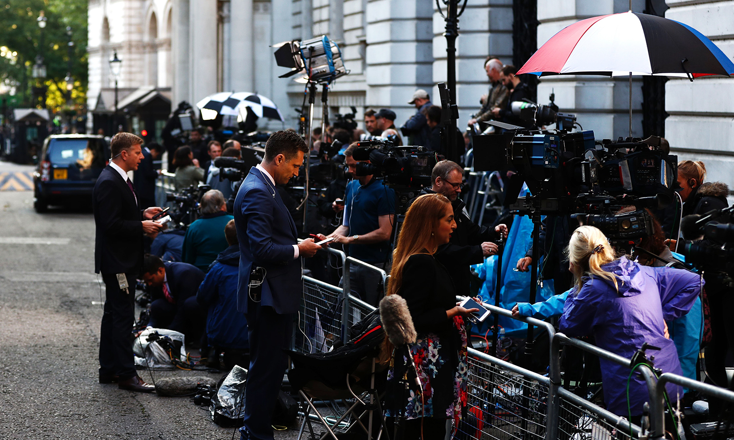 Members of the press wait outside Downing street in central London on June 23, 2016 following the EU referendum. Britain has voted to leave the European Union by 52 percent to 48 percent, the BBC reported on Friday, after nearly all the results had been counted. / AFP PHOTO / ODD ANDERSEN
