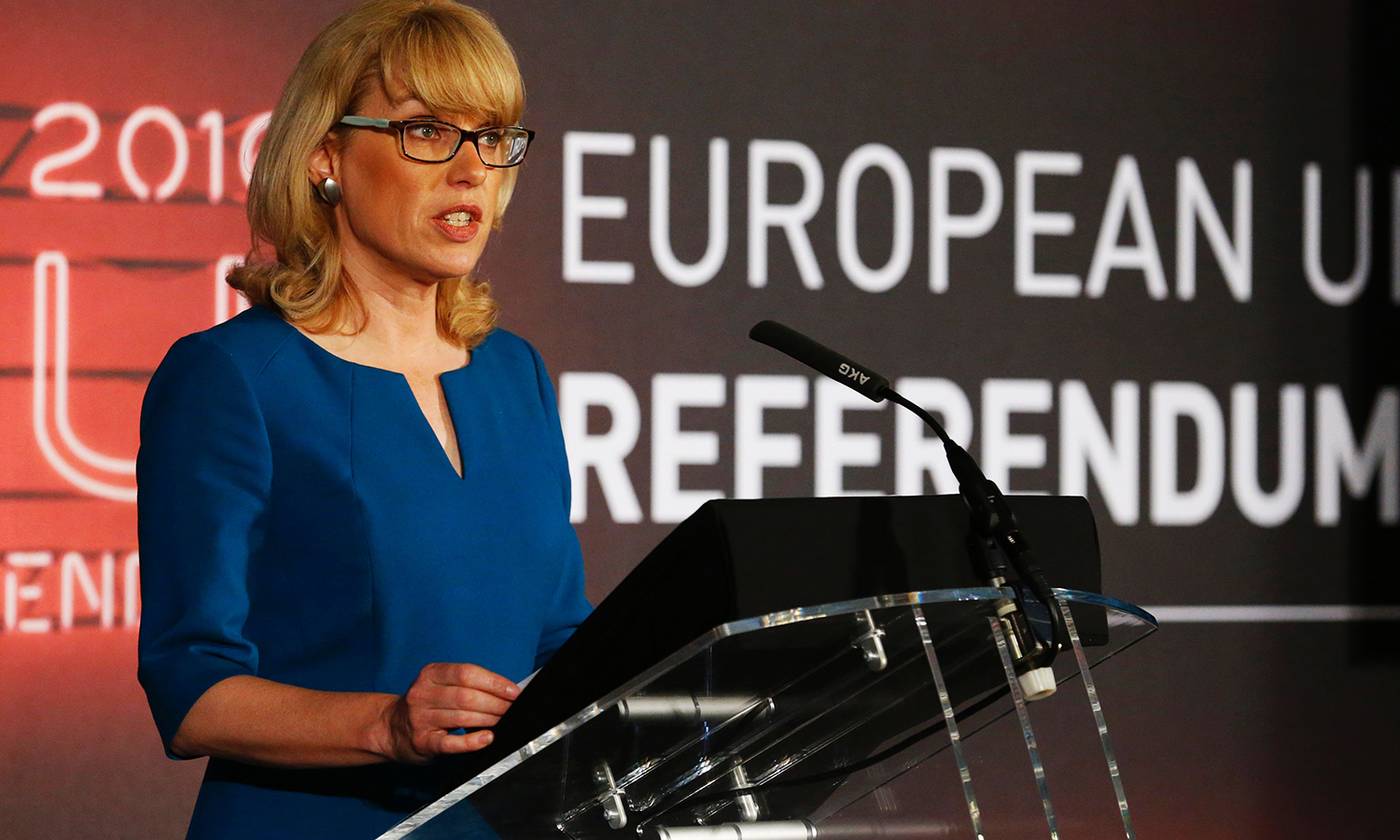 Jenny Watson, Chairperson of the United Kingdom Electoral Commission announces the overall outcome of the EU referendum at the Manchester Town Hall in Manchester, northern England on June 24, 2016. Britain has voted to break out of the European Union, striking a thunderous blow against the bloc and spreading panic through world markets Friday as sterling collapsed to a 31-year low. / AFP PHOTO / Lindsey Parnaby