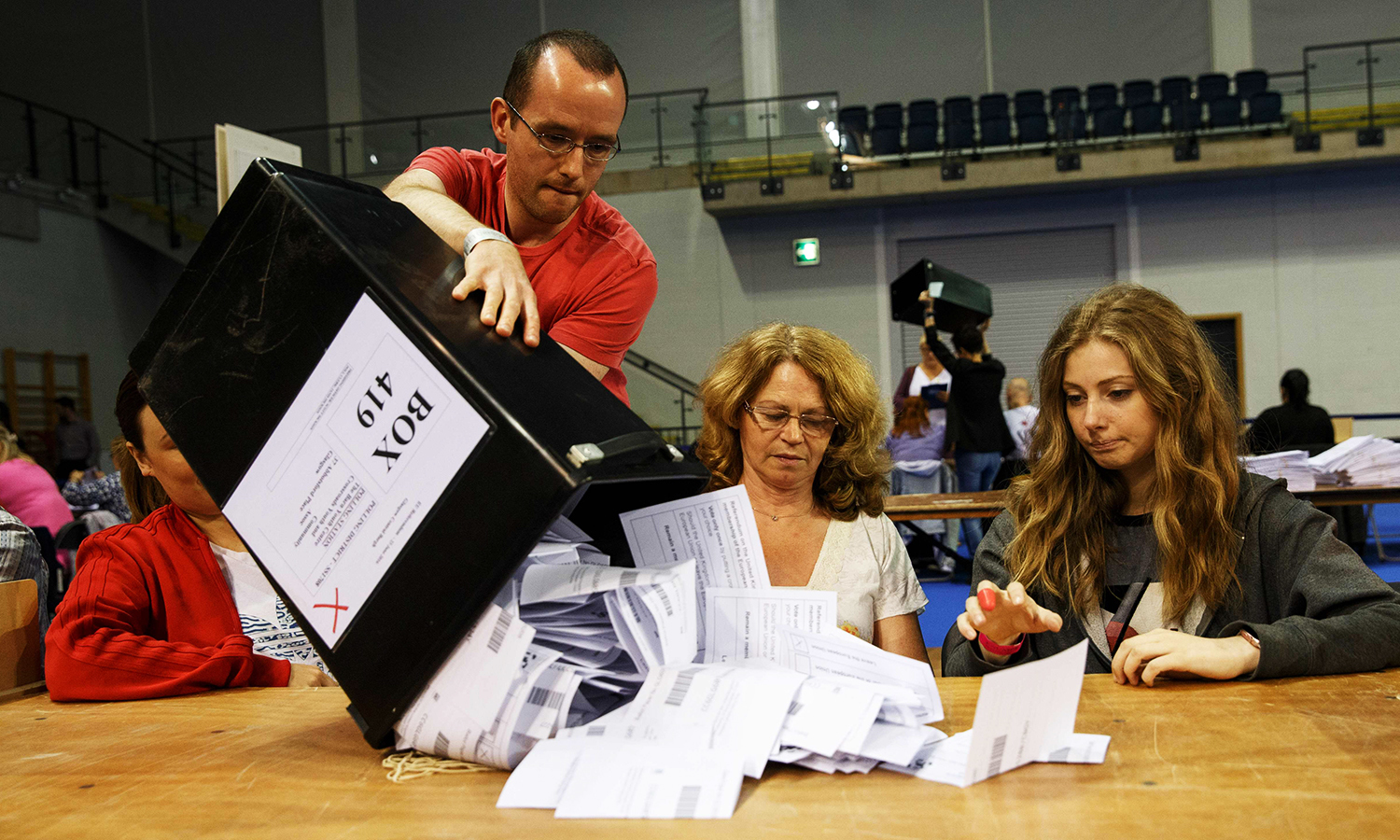 Staff count ballot papers at the Glasgow count centre at the Emirates Arena, Glasgow, Scotland, on June 23, 2016 after polls closed in the referendum on whether the UK will remain or stay in the European Union (EU). Millions of Britons began voting Thursday in a bitterly-fought, knife-edge referendum that could tear up the island nation's EU membership and spark the greatest emergency of the bloc's 60-year history. / AFP PHOTO / Robert Perry