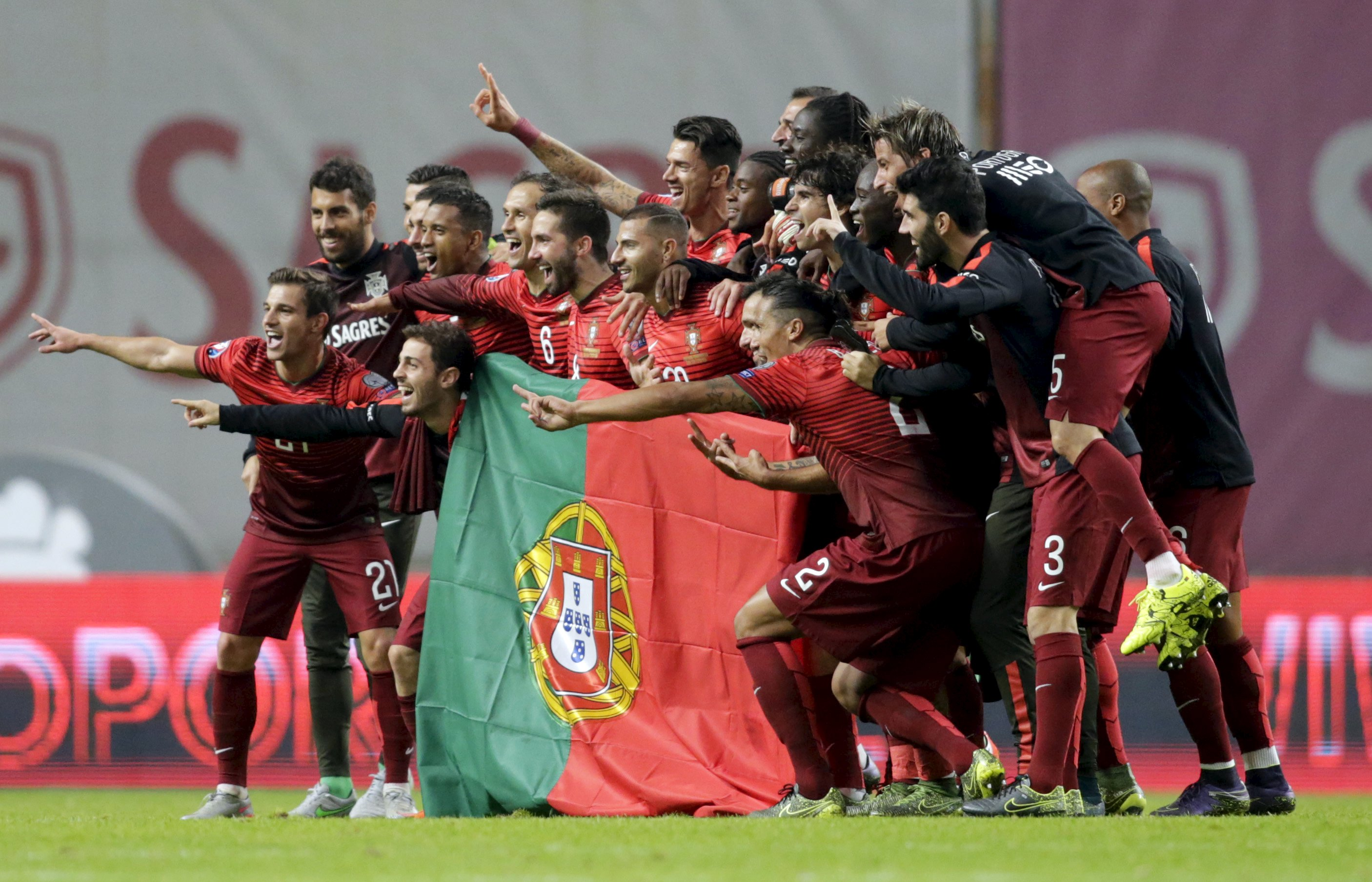 Portugal's team poses with the flag of Portugal at the end their Euro 2016 qualifying soccer match against Denmark at Municipal Stadium in Braga, Portugal, October 8, 2015. REUTERS/Miguel Vidal